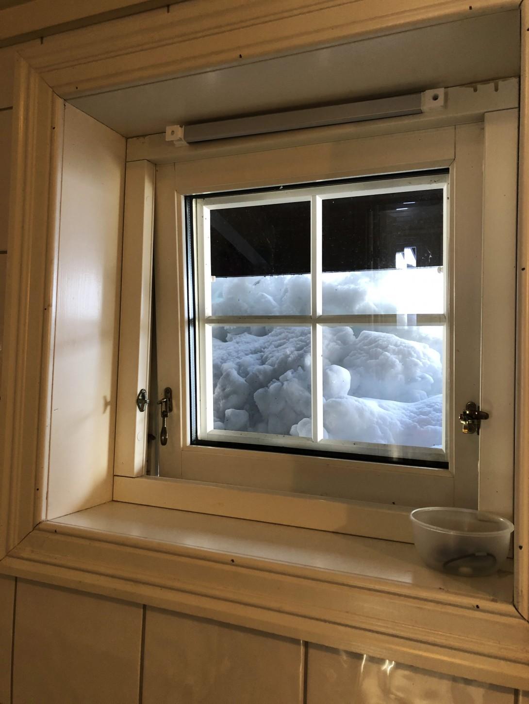 Det blir vanskelig å komme seg ut av dette vinduet ved en brann.